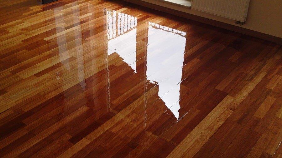 Renowacja gotowej podłogi z deski z drzewa egzotycznego